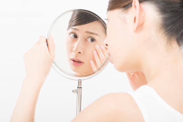 顔のたるみをダイエット:自分の肌をチェックしてびっくりする女性