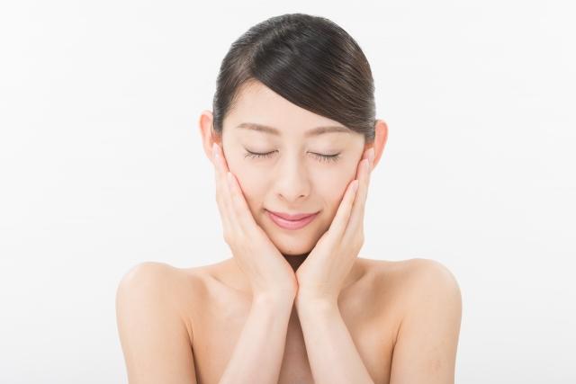 顔のたるみをダイエット:スキンケアする女性